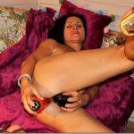Mature slut loves solo double fucking on cam